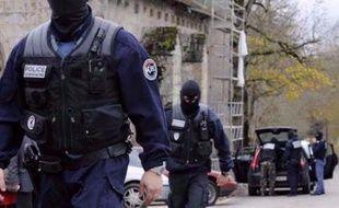 La garde à vue des dix personnes interpellées mardi après des sabotages de caténaires SNCF a été prolongée jeudi matin, les enquêteurs tentant de prouver leur implication formelle dans ces dégradations.