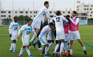 Les U19 de l'OM félicitent leur gardien Suan Besic après la victoire contre Le Havre en huitièmes de finale.