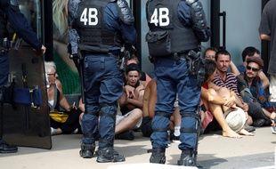 Des policiers retiennent un groupe de manifestants en marge du G7, à Bidart, le 25 août 2019.