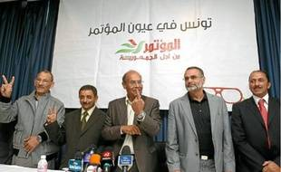 Moncef Marzouki (au centre), leader du CPR, hier, lors d'une conférence de presse à Tunis.