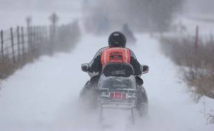 Illustration d'une personne faisant de la motoneige au Québec.