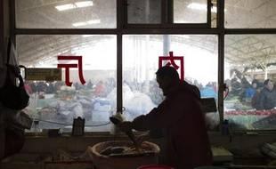 Un poissonnier sur son étal le 10 mars 2015 dans un marché de Pékin