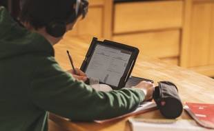 Un jeune fait ses devoirs en plein confinement (image d'illustration).