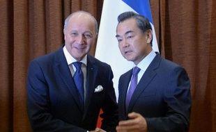 """La Chine """"salue l'accord"""" conclu entre Etats-Unis et Russie sur les armes chimiques syriennes, a déclaré dimanche le ministre chinois des Affaires étrangères, M. Wang Yi, lors d'une rencontre à Pékin avec son homologue français Laurent Fabius."""