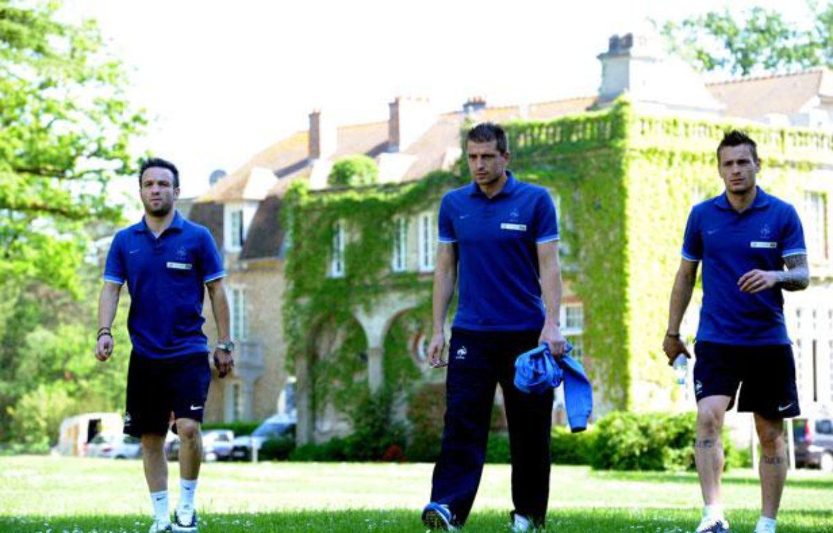 Le troisième gardien des Bleus, Cédric Carrasso (ici entre Mathieu Valbuena et Mathieu Debuchy le 25 mai 2012) joue un rôle important pour le groupe, – F.FIFE/AFP