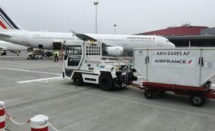 Le premier tracteur à bagages autonome sur le tarmac de l'aéroport Toulouse-Blagnac.
