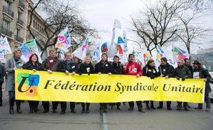 Le Snes-FSU, premier syndicat d'enseignants du secondaire, manifeste le 6 avril 2013 à Paris