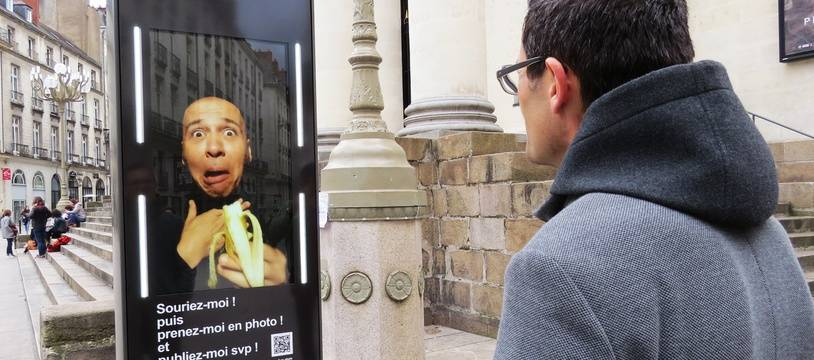 Un panneau numérique interactif place Graslin à Nantes.