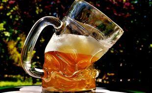 Illustration d'un verre de bière déformé.