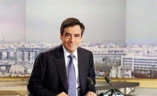 """Le Premier ministre François Fillon a annoncé lundi """"l'intégration de mesures d'économies liées à la réforme de l'Etat"""" au budget 2009."""