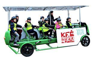 Enfants et adultes peuvent pédaler ensemble à bord du Vélo'bus.