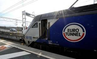 Un train EuroTunnel à Coquelles le 10 avril 2014