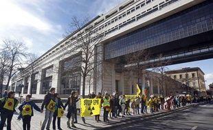 Une chaine humaine contre le nucléaire était organisée le 9 mars 2011 à Paris pour les deux ans de la catastrophe de Fukushima.