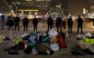 Les forces de l'ordre sont intervenues au camp des Indignés de La Défense, dans la nuit du 15 au 16 novembre 2011.