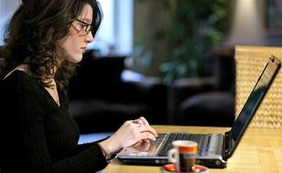 Jeune femme travaillant sur un ordinateur, illustration.