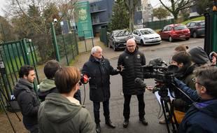 Des journalistes parlent aux membres du club nantais devant la Jonelière