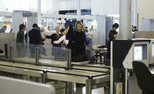 Contrôle des passagers avant embarquement à l'aéroport de Roissy, le 30 décembre 2009.