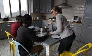 Florine accueille Bangaly et Ibrahima chez elle.