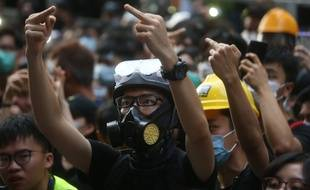 Des opposants au projet de loi, le 21 juin, dans les rues de Hong Kong.