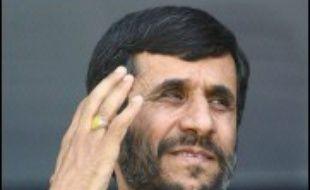 Le président iranien Mahmoud Ahmadinejad a implicitement rejeté jeudi la demande des grandes puissances que l'Iran suspende son enrichissement d'uranium.
