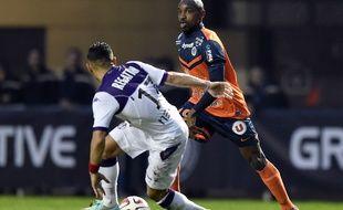 L'attaquant de Montpellier Souleymane Camara face au milieu de Toulouse Adrien Regattin lors d'un match de Ligue 1, le 23 novembre 2014 à Montpellier.