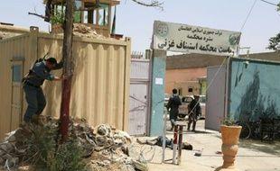 Le corps d'un attaquant gît devant l'entrée d'un tribunal après un attentat à Ghazni le 1er juin 2016