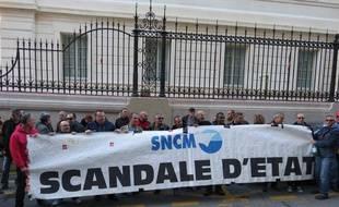 Marseille, le 12 novembre 2014, une cinquantaine d'employes de la SNCM se sont rassembles devant le tribunal de commerce.