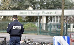 Un policier devant le lycée Monge (illustration)