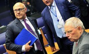 Le ministre français des Finances Michel Sapin (g) et son homologue allemand Wolfgang Schauble à une réunion de l'Eurogroupe le 19 juin 2014 au siège de l'Uion européenne au Luxembourg