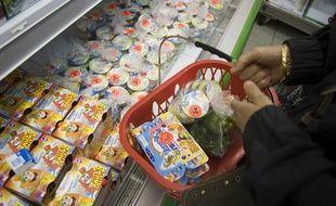 Un magasin de déstockage alimentaire vend des produits dont la date limite de consommation (DLC) est proche et dont la date limite d'utilisation optimale (DLUO) est parfois dépassée, à Choisy-le-Roi, en mai 2009.
