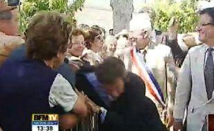Capture d'écran de l'agression de Nicolas Sarkozy filmée par BFM TV à Brax, près d'Agen, le 30 juin 2011.