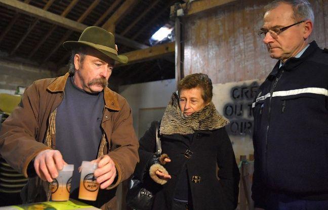 La préfète Nicole Klein (au centre) partage un verre de jus de pomme avec Sylvain Fresneau, agriculteur sur la ZAD.