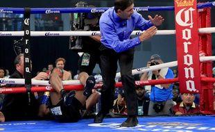 Un boxeur (ou ce qu'il en reste) sur le ring.