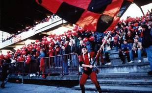 Jacek «Gildas» Ziober avec son drapeau, en bas de la tribune Mordelles.