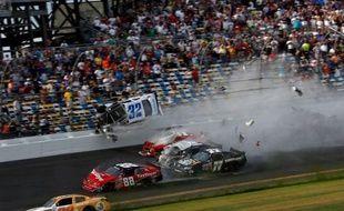 """Quatorze spectateurs ont été hospitalisés après un spectaculaire crash impliquant plusieurs voitures dans le dernier tour d'une course du deuxième échelon de la Nascar (""""Nationwide series""""), samedi sur le grand circuit ovale de Daytona Beach (Floride, est)."""