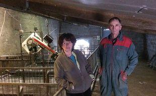 Serge et Claudine Mora dans leur salle de gavage, vide depuis le 28 février.