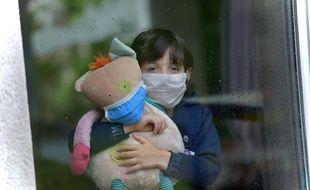 Un enfant portant un masque durant la période de confinement.