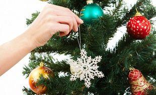 La magie de Noël n'a pas souhaité se faire photographier. Ici, sa main apportant une touche de magie à un sapin.
