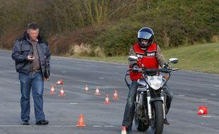 Illustration. Un élève d'une auto école passe l'épreuve du plateau pour le permis moto.