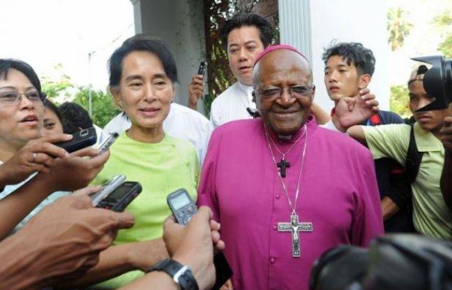 """L'ancien archevêque sud-africain Desmond Tutu s'est entretenu à Rangoun mardi avec la dirigeante de l'opposition birmane Aung San Suu Kyi, elle aussi prix Nobel de la paix, exprimant sa foi en l'émergence d'une Birmanie """"véritablement libre""""."""