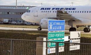 Le groupe franco-néerlandais Air France-KLM a plongé dans le rouge l'an passé avec une perte nette de 809 millions d'euros, sous l'effet notamment d'une augmentation substantielle de la facture carburant qui s'alourdira encore cette année.