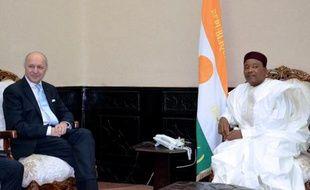Le ministre français des Affaires étrangères Laurent Fabius (g) et le président du Niger, Mahamadou Issougou, le 22 février 2015 Niamey