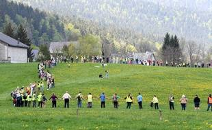 Près de 300 personnes de tous âges ont formé une chaîne humaine ce samedi dans le village d'Autrans (Isère).