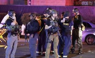 Des policiers sécurisent les abords du Mandala Bay Hotel, à Las Vegas, après la fusillade qui a fait au moins 20 morts.