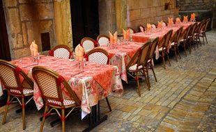 Une terrasse de restaurant à Sarlat en Dordogne.
