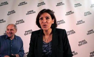 La candidate PS à la mairie de Paris Anne Hidalgo et son co-directeur de campagne Jean-Louis Missika, le 16 mars 2014 à Paris