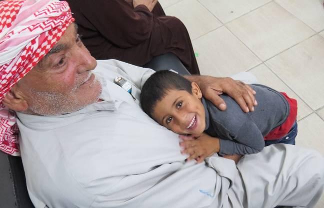 Un enfant et son grand-père dans le centre de soins de l'association Amel de Tyr (Liban).