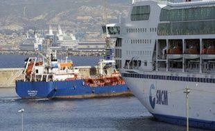 La grève lancée mercredi par la CGT-marins au niveau national pour réclamer l'application des mêmes lois sociales pour toutes les compagnies de navigation, se poursuivait jeudi à Marseille où elle paralysait le trafic Corse-continent à la SNCM et à la Méridionale (ex-CMN).