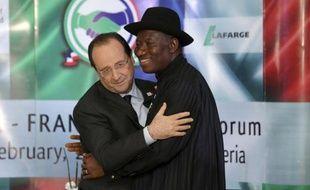 """Le président français François Hollande, en visite au Nigeria, a assuré le géant ouest-africain du soutien de la France dans son """"combat"""" contre le groupe islamiste radical Boko Haram qui déstabilise le nord musulman du pays."""