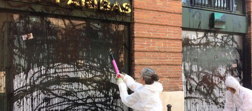 Action symbolique d'Attac France devant une agence bancaire toulousaine.